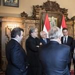 Egy fotón szerepel Orbán svájci bankára, Orbán és Trump volt kampányfőnöke