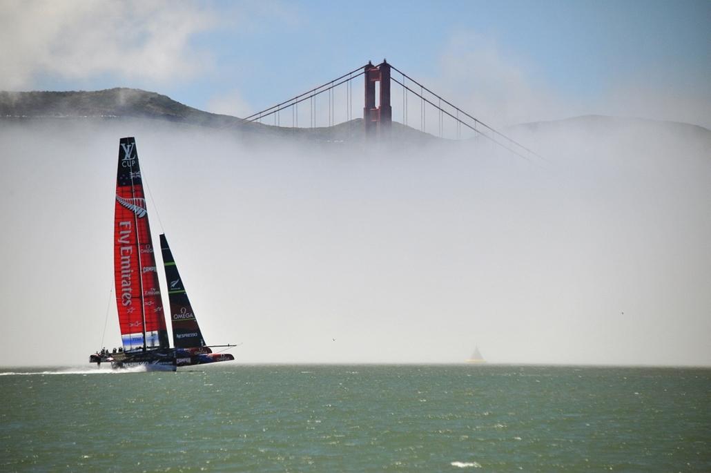 13.06.26. - San Francisco, USA: a Team Emirates AC-72 hajója a Golden Gate előtt az Amerika Kupán. - évképei, az év sportképei