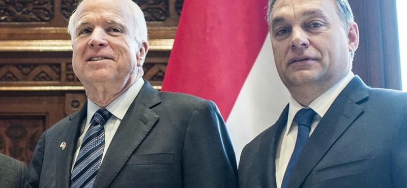 """""""Tényleg? Tényleg?"""" - Számon kérték Orbán leújfasisztázását McCain szenátoron"""