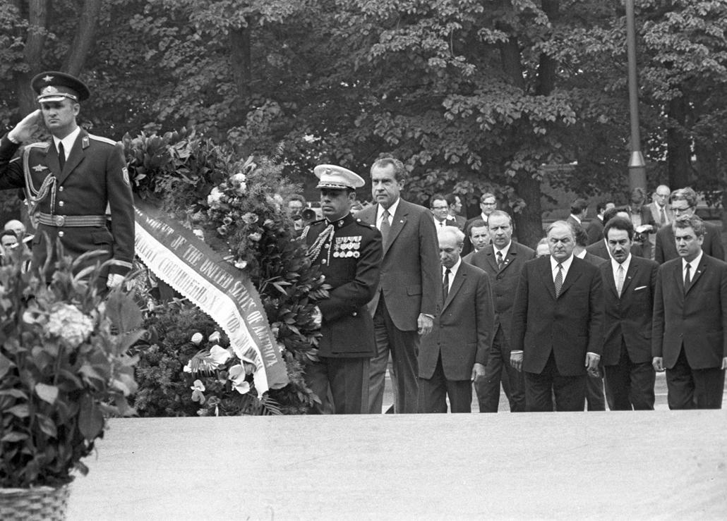 1972.05.24. - Moszkva: Richard Nixon az ismeretlen katona emlékművének koszorúzásakor - elnök látogatása a Szovjetuniót: szóló koszorúk a Tomb of the Unknown Soldier a Kreml Wall. -  - Nixonnagyitas