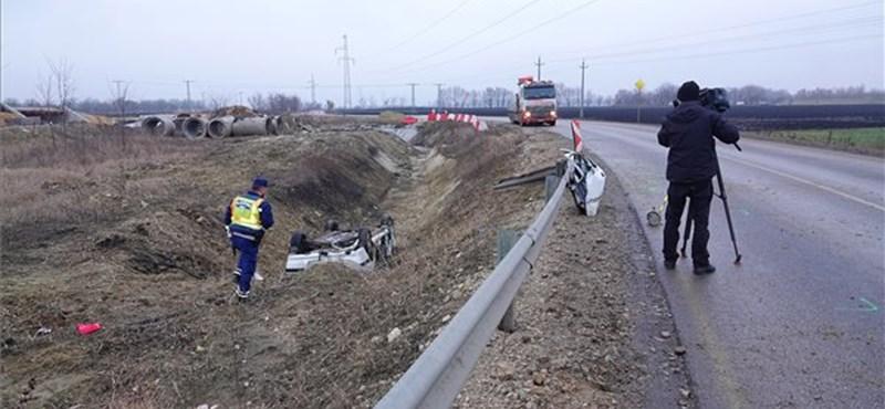 Árokba hajtott egy autó Szolnoknál, ketten meghaltak