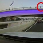 Üveget dobott le a hídról, menet közben törte be egy másfél hetes autó szélvédőjét – videó