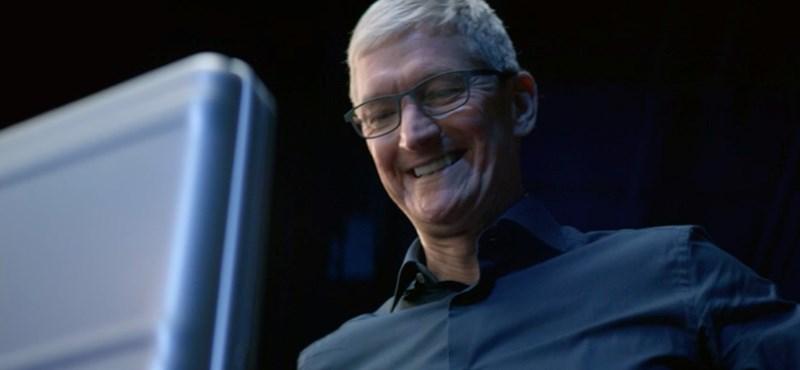 Toronyház méretű óriásplakáton röhögi szembe az Androidot és a Facebookot az Apple – fotó