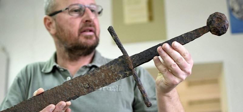 Megérkeztek a fotók a szántóföldön talált ritka középkori kardról