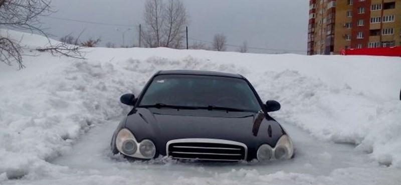 Jeges a szélvédője? Sokkal rosszabb, ha az egész kocsija jégbe fagy - mutatjuk