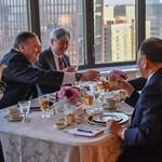 Kim Dzsong Un jobbkezével tárgyalt az amerikai külügyminiszter
