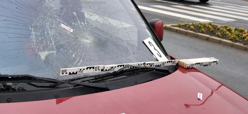 Ittas autós csapott el egy idős férfit, aki a biciklijét tolva kelt át egy zebrán