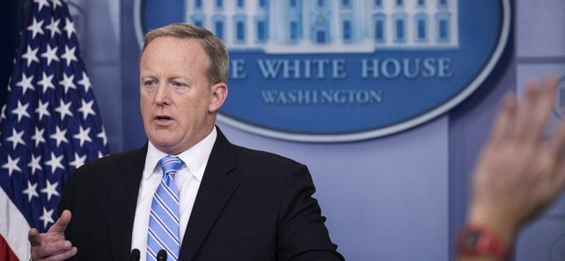 Újabb embert vesztett Trump, lemondott a Fehér Ház szóvivője