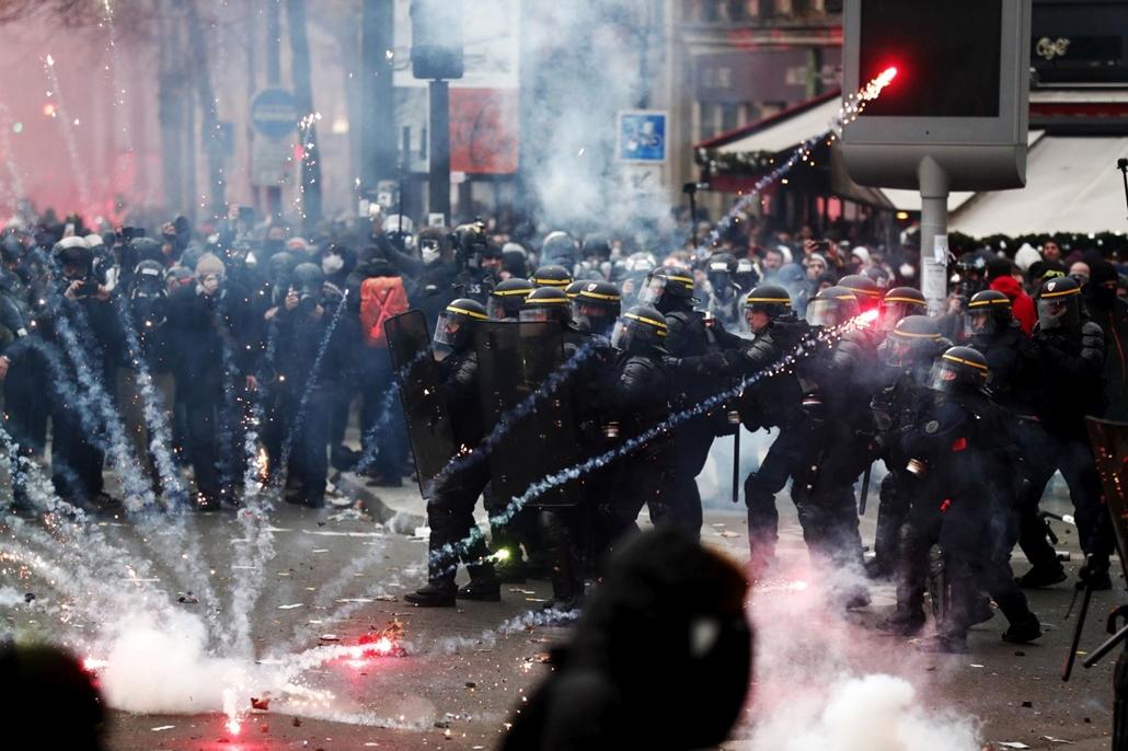 mti.19.12.05. sztrájk Franciaország, A kormány tervezett nyugdíjreformja elleni párizsi tüntetés résztvevőinek egy csoportjával csapnak össze rohamrendőrök 2019. december 5-én, amikor a közlekedési dolgozók kezdeményezésére általános sztrájkot tartanak Fr
