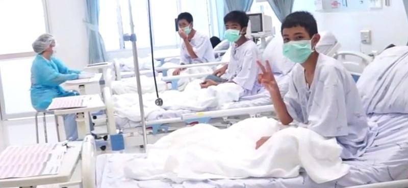 Itt vannak az első felvételek a kimentett thai gyerekekről - videó