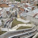 Fotó: szabadtéri mozgólépcsők egy kolumbiai nyomornegyedben