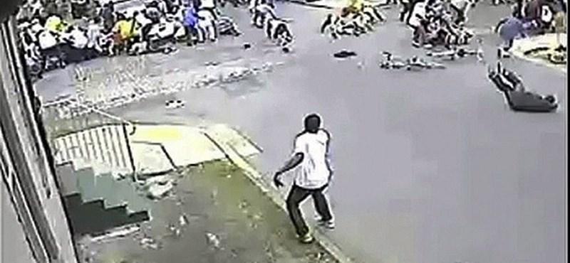 Ritka kép: így rebbent szét a tömeg a vaktában lövöldöző férfi elől