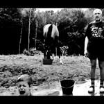 Beindult a mémgyár: Széles Gábor pancsol Falus szürreál medencéjében