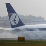 Fotó: kényszerleszállás Varsóban: a hasán csúszott egy Boeing