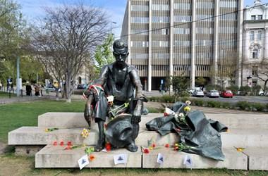 Vers mindenkinek: összegyűjtöttük, mely költők kaptak szobrot mostanában