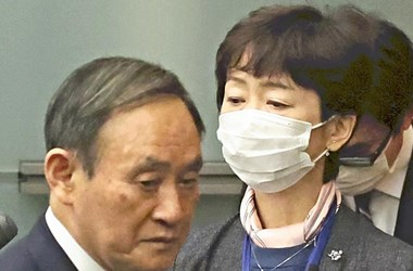 Lemondott a japán kormány sajtóreferense, mert megvendégelte a miniszterelnök fia
