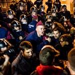 Így lett a szembenállás éjszakája a közfelháborodás napjából – Nagyítás-fotógaléria