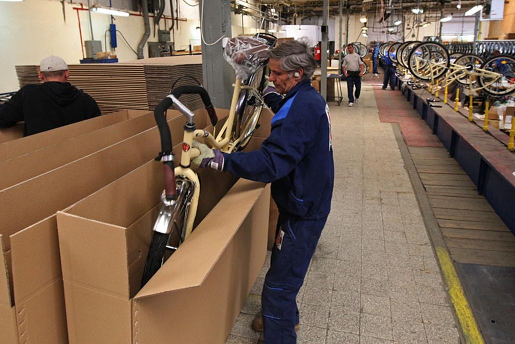 Dobozolják a kész kerékpárt. Talán kevesen sejtik, de a legnépszerűbb magyarországi biciklimárkák szinte egytől egyig hazai, illetve közép-európai összeszerelő-üzemekben készülnek. A Schwinn-Csepelen kívül a Magellan, a Gepida, a Hauser, a Neuzer is idehaza készül, a Kellys Szlovákiában, a KTM Ausztriában, a Decathlon sportáruház pedig Lengyelországban gyártat. De akad olyan magyar üzem is Tószegen, ahol évi több százezer bicajt készítenek exportra.