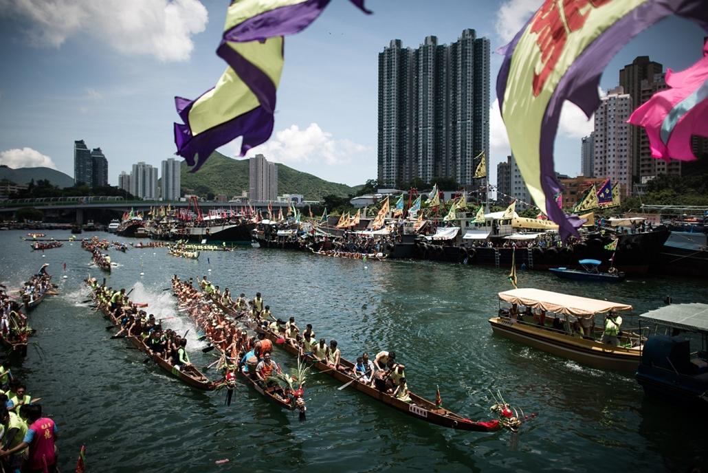 afp.14.06.02. - Hongkong, Kína: versenyzők a Sárkányhajó Fesztiválon. - 7képei nagyítás