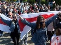 Újra tízezrek vonultak a belarusz utcákra, 77 tüntetőt vettek őrizetbe