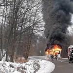 Videó: Félelmetes látni, ahogy sűrű füsttel porig ég a mátraházi busz