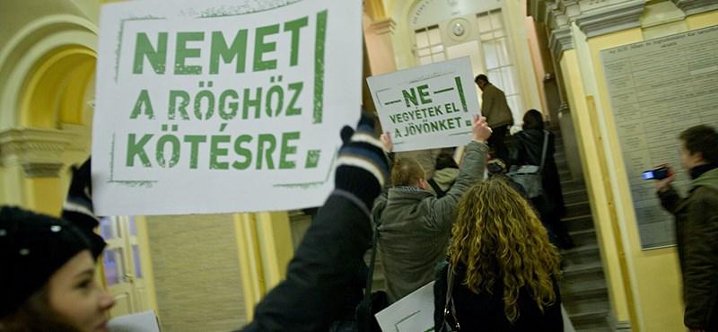 Bevonultak az ELTE jogi karára a tüntetők