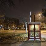 Kis magyar abszurd: senki nem vállalja a rohadó telefonfülkéket