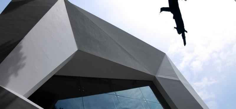 Új bevásárlóközpont szobrászati homlokzattal