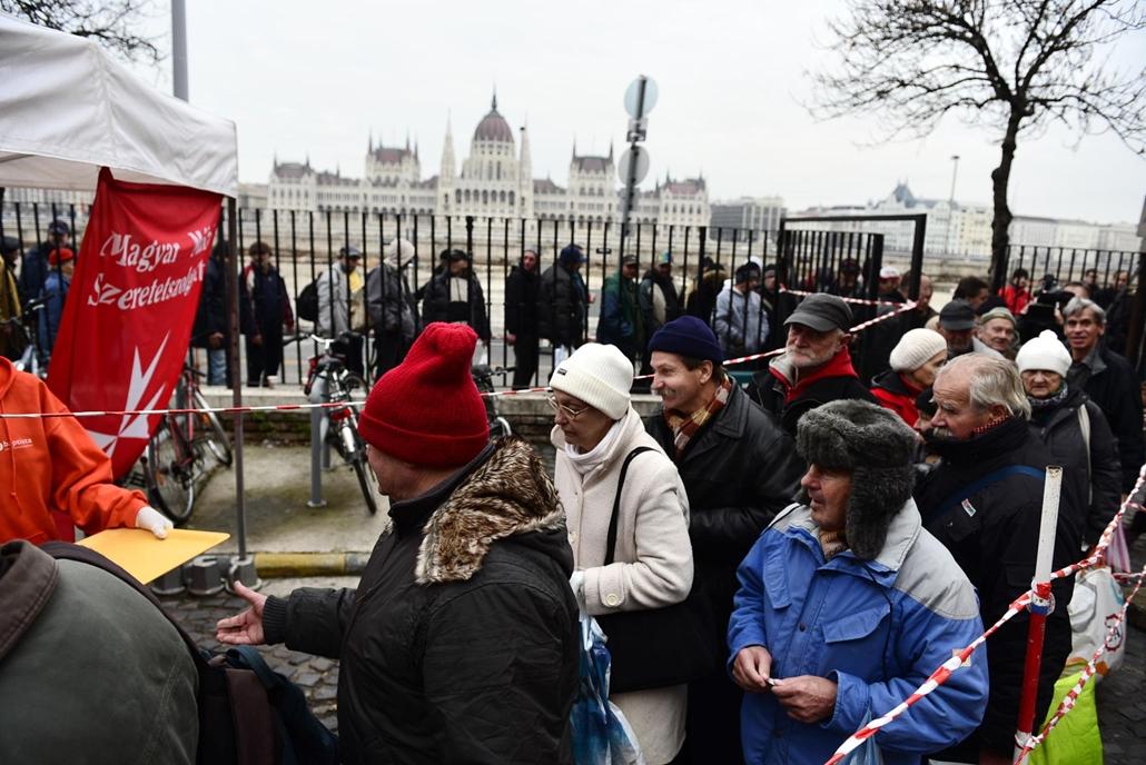 sa.14.12.05. - ételosztás a a Magyar Máltai Szeretetszolgálat ételosztása a Batthyány téren - szegénység