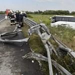 Szalagkorlátot tépett és felborult egy busz az M3-ason - 22 sérült
