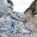 Apácákat és szerzeteseket mentenek a tűzoltók az olasz földrengés után