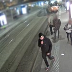 Keresik a rendőrök a fiatalt, akinek a gördeszkája miatt kisiklott a villamos