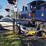 Lassan is lehet csúnyán balesetezni: komótos gőzmozdony préselt össze egy Mercedest