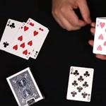 Nehéz elhinni, hogy nincs benne csalás: hihetetlen kártyatrükk a magyar popzenére