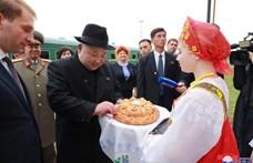 Fotó: Kim Dzsong Un kalácsmajszolással kezdte oroszországi turnéját