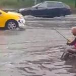 Akkora vihar volt Bukarestben, hogy a főút közepére ült ki pecázni egy férfi – videó