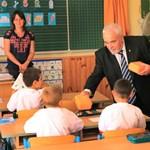 Narancsszínű uzsonnásdobozt kapott minden budapesti kiselsős