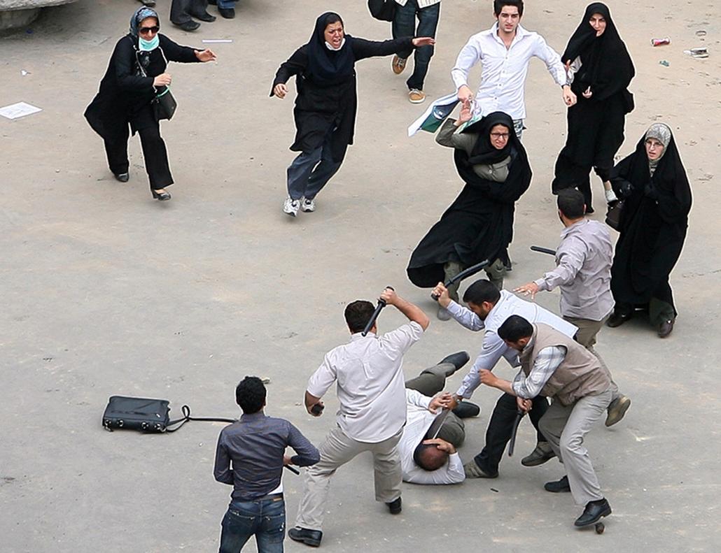 Mir Hoszein Muszavi reformpárti iráni elnökjelölt támogatóját rendőrök verik az utcán.
