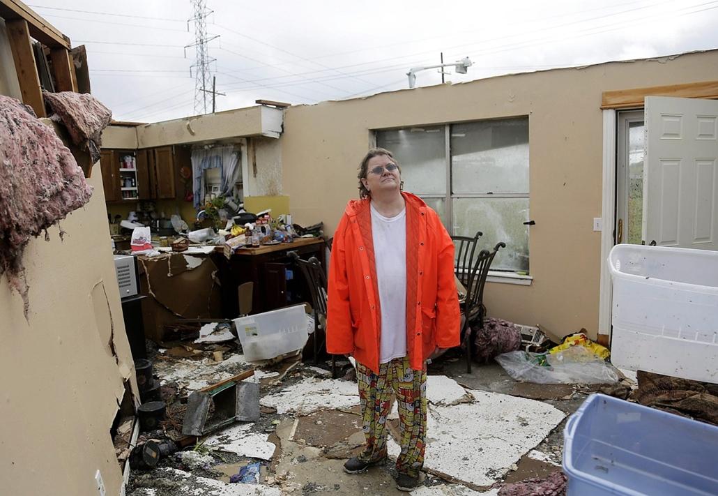 AP_! - júni.1-ig_! - 15.05.18. - Egy asszony súlyosan megrongálódott lakóháza egyik szobájában áll 2015. május 17-én, miután a térségben pusztító erejű vihar söpört végig.