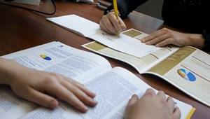 Törvényellenes, ha a biztosító 8 napos határidővel kéri a halálról szóló papírokat