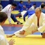 Fotó: Putyin a válla fölött dobja át ellenfelét