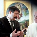 Áder azért ment Ferenc pápához, hogy Magyarországra hívja – fotók