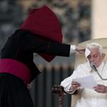 Felelősségre vonja a Vatikán a melegeknek prédikáló püspököt
