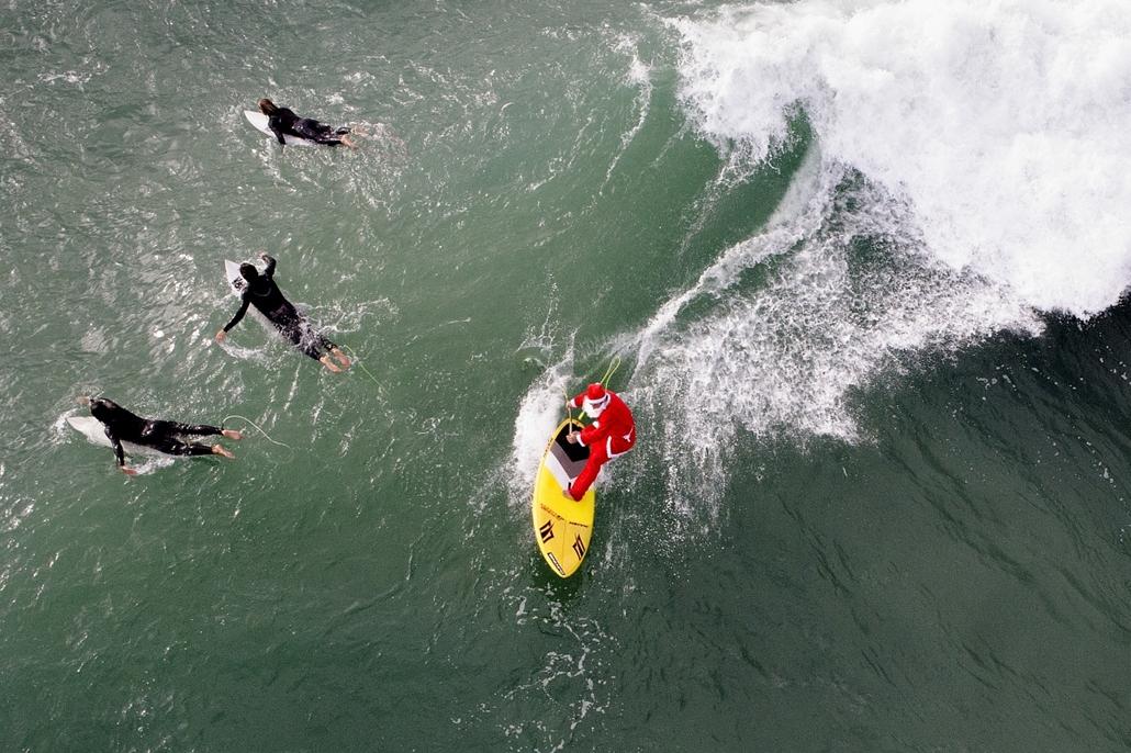 afp.14.11.18. - Varazze, Olaszország: hullámlovaglás télapó-módra - 7képei nagyítás