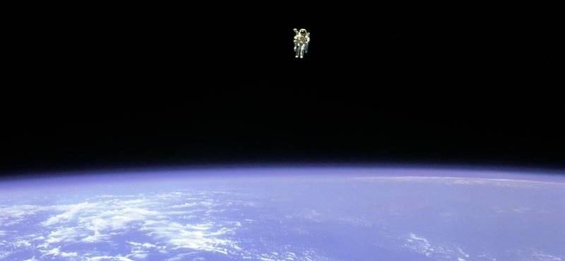 Meghalt az első asztronauta, aki biztosítókábel nélkül mozgott az űrben