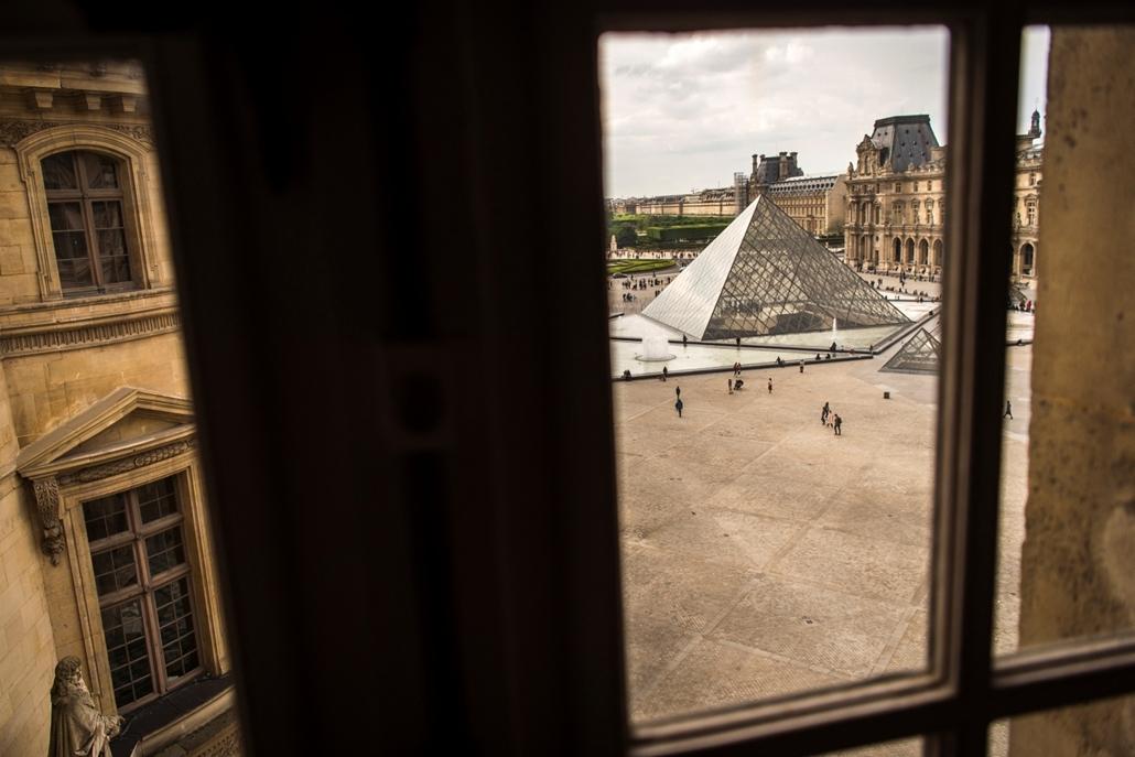 afp.16.05.16. Kilátás a párizsi Louvre múzeumra egy ablakon keresztül.