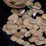Fotók: Középkori angol pennyt is találtak egy nagy kupac ezüstpénz között Tótkomlósnál