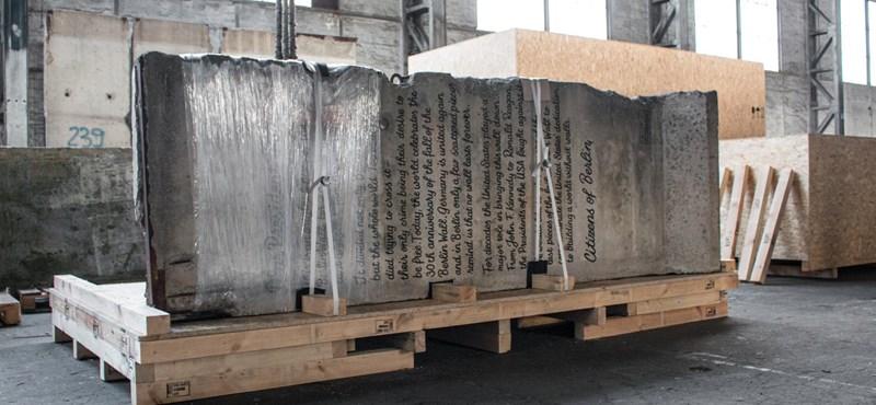 Ennyire még nem trollkodták meg Trumpot: 2,7 tonnás berlini faldarabot küldtek neki ajándékba
