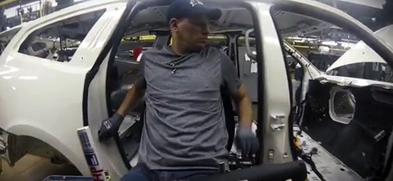 Robotszékeken repkednek a Chevy-gyár dolgozói autóról autóra – videó