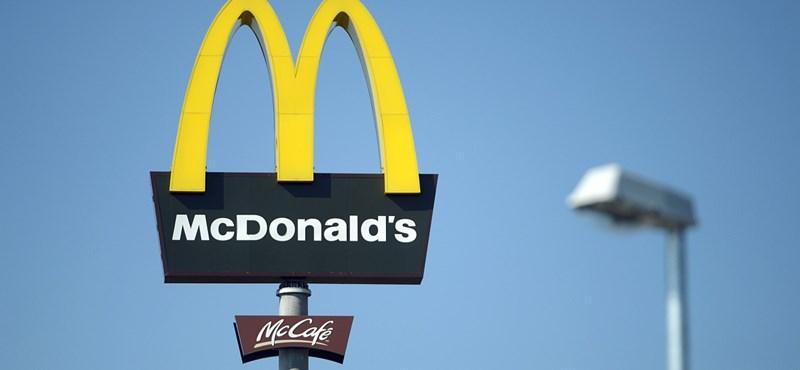 Összejött egy alkalmazottal, kirúgták a McDonald's vezérét